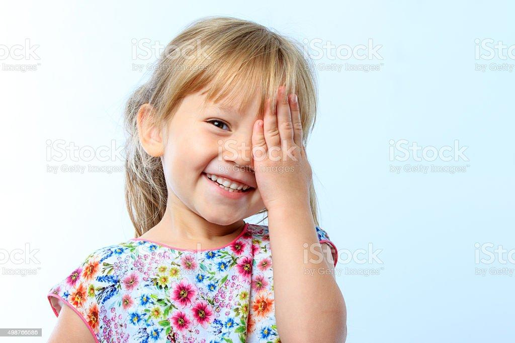 Süßes Mädchen verstecken Auge mit hand. – Foto