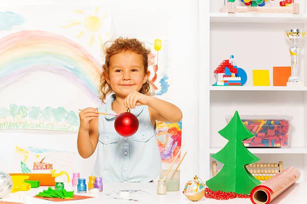 süßes mädchen holding silvester ball und bürste - weihnachtsbilder zum ausmalen stock-fotos und bilder