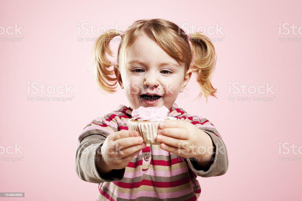 Jolie fille tenant Rose cupcake - Photo