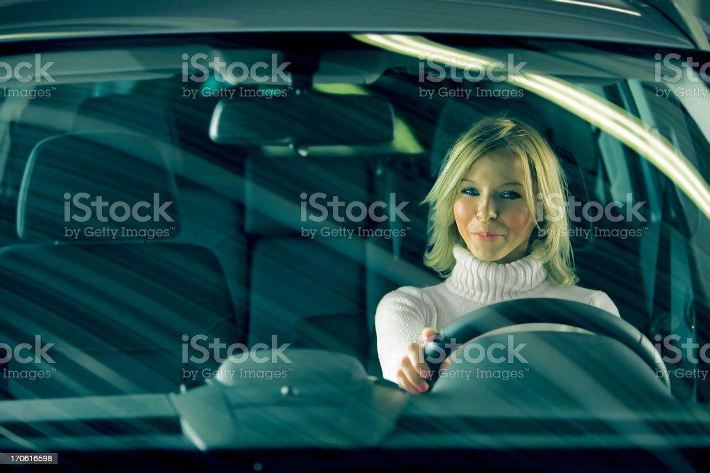 Niedliche Mädchen in einem Auto – Foto