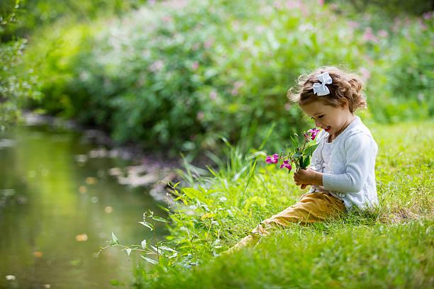 niedlich mädchen im park - kinder picknick spiele stock-fotos und bilder