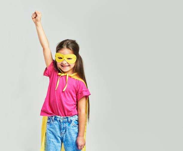 söt flicka i superhjälte kostym med händer upp - superwoman barn bildbanksfoton och bilder