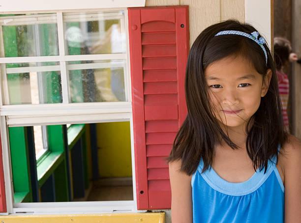 süßes mädchen vor der playhouse - mädchen spielhaus stock-fotos und bilder