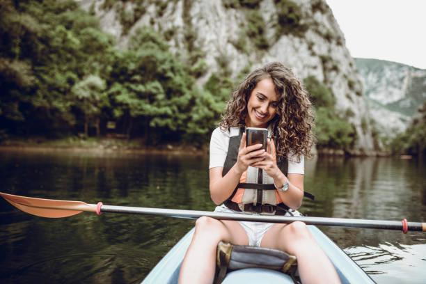 Jolie fille faisant prendre Selfie pendant lac kayak de voyage - Photo