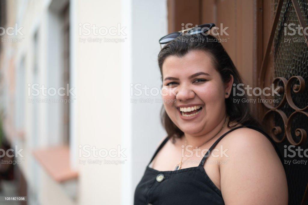 Retrato de la muchacha linda en frente de la casa - foto de stock