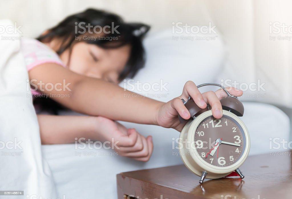 Bonito menina atingido por rádio-relógio - foto de acervo