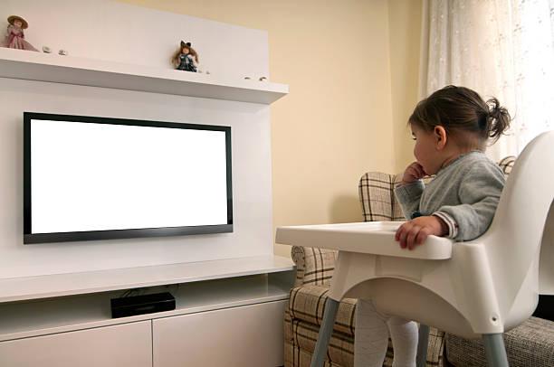 rapariga engraçada ver televisão - tv e familia e ecrã imagens e fotografias de stock