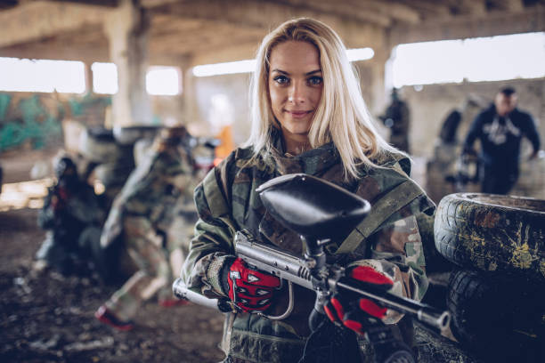 nettes mädchen mit einer pistole - camouflagekleidung mädchen stock-fotos und bilder