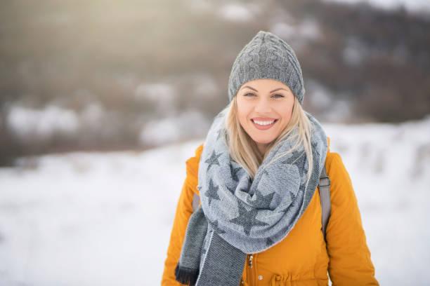 süße, mädchenhafte winter-stil - mützenschal stock-fotos und bilder