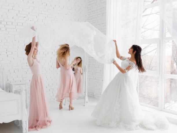 niedlichen mädchen feiern eine braut bachelorette party und das spiel mit vorhang im schlafzimmer. - verlobungskleider stock-fotos und bilder