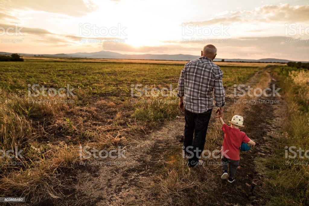 Lindo abuelo y nieto que va a dar un paseo - foto de stock