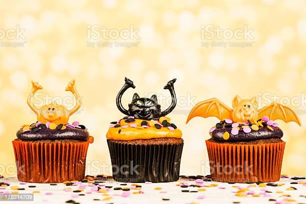 Cute halloween cupcake border picture id175214709?b=1&k=6&m=175214709&s=612x612&h=yisiy 3n5of8lmxccvvc4hkaptoe4wrj1 vwfia2nwo=
