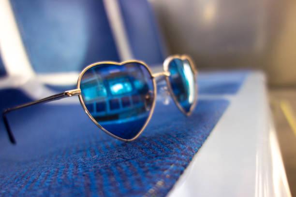 niedliche herzförmigen mädchen sonnenbrillen - festzugskleidung stock-fotos und bilder