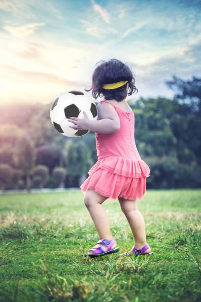 Süße indische Baby-Mädchen spielen im Park – Foto