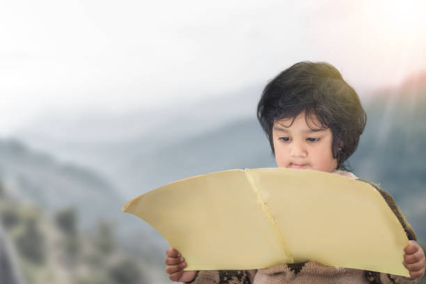 Niedliches indisches Kind, das ein Buch liest – Foto