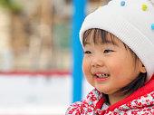 かわいい幼児の雪遊び