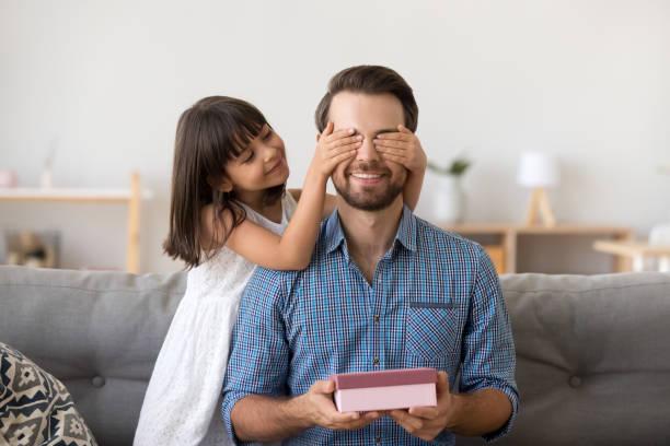 süßes kind tochter vater empfangen geschenkbox überraschung zu - gute geschenke stock-fotos und bilder