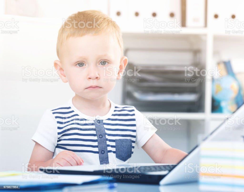 Süßes Kind spielt auf laptop - Lizenzfrei Bewegung Stock-Foto
