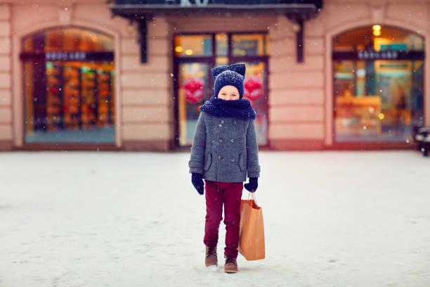 süßes kind zum einkaufen in der wintersaison - festliche babymode junge stock-fotos und bilder
