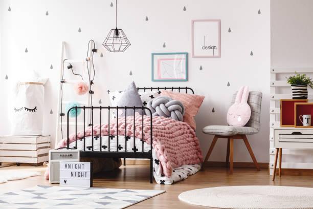 niedlichen kinderschlafzimmer mit poster - deckenleuchte kinderzimmer stock-fotos und bilder