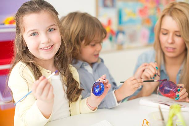niedlichen kinder in kindergarden. - kindergarten workshop stock-fotos und bilder