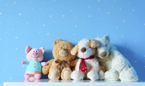 juguetes lindos los niños en la mesita de noche en la guardería azul - foto de stock