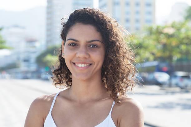 linda mulher latina, fora da cidade, olhando para a câmera - belas mulheres argentina - fotografias e filmes do acervo