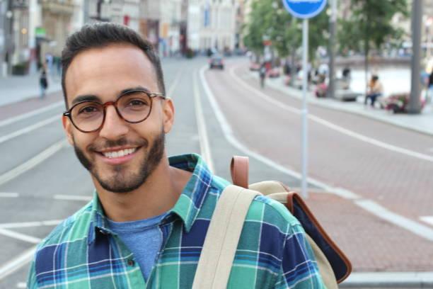 Homem bonito do latino que sorri ao ar livre - foto de acervo