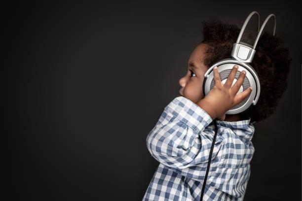 Niedlichen kleinen afroamerikanischen jungen Musik hören – Foto