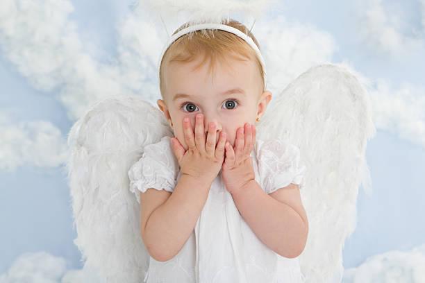 carino piccolo angelo - kids kiss embarrassed foto e immagini stock