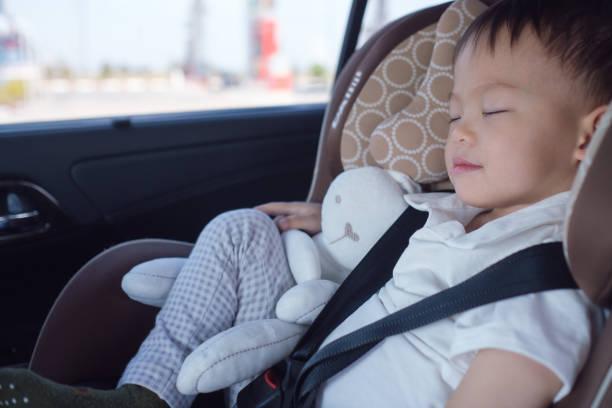 mignon petit asiatique 2-3 ans bambin bébé garçon enfant dormant dans le siège-auto moderne - child car sleep photos et images de collection