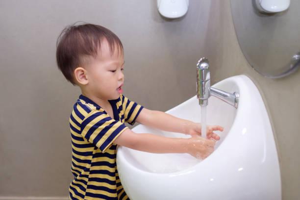 Fetter Junge, Der Auf Der Toilette Sitzt Stockfoto - Bild