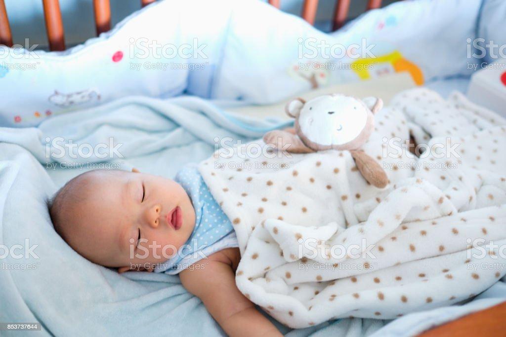 Niedliche Kleine Asiatische 6 Monate Alten Baby Junge Kind Schlafen ...