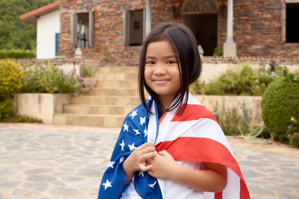 cute little asian girl and american flag - family 4th of july zdjęcia i obrazy z banku zdjęć