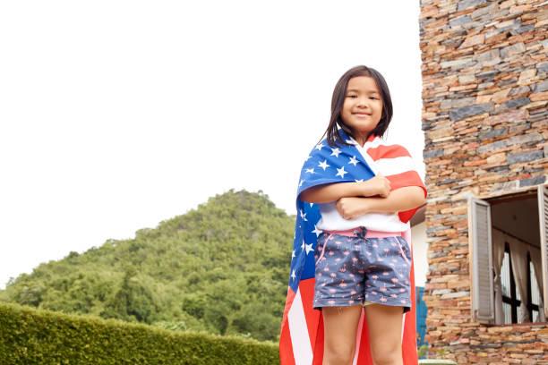 cute little asian girl and american flag - fourth of july zdjęcia i obrazy z banku zdjęć