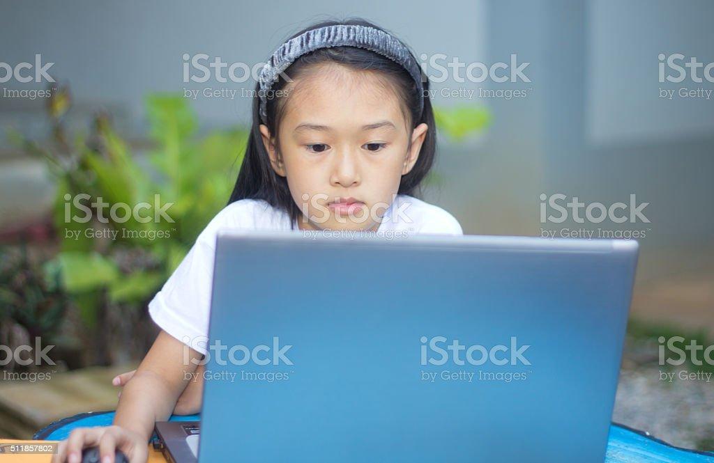 Niedlich kleine asiatische Mädchen mit Laptop – Foto