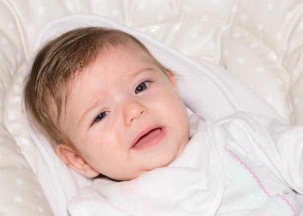 niedliche kleine baby mädchen 1 - kindermütze häkeln stock-fotos und bilder