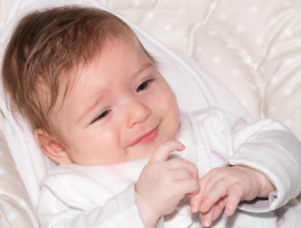 niedliche kleine baby mädchen 2 - kindermütze häkeln stock-fotos und bilder