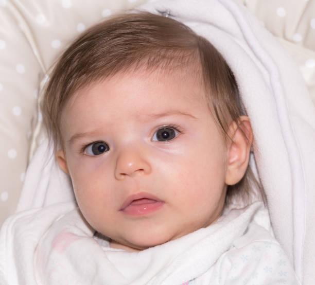 niedliche kleine baby mädchen 3 - kindermütze häkeln stock-fotos und bilder