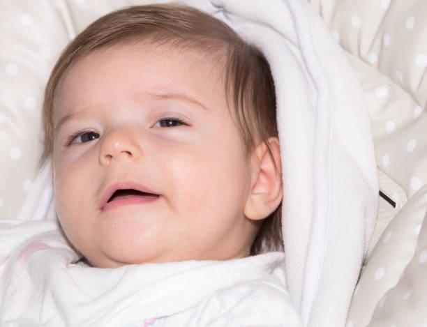 niedliche kleine baby mädchen 4 - kindermütze häkeln stock-fotos und bilder