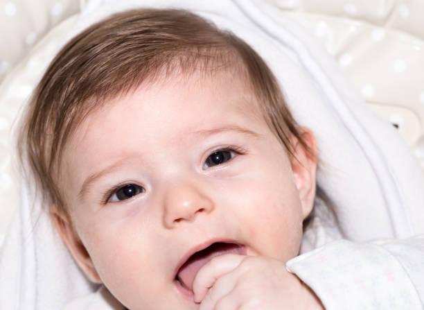 niedliche kleine baby mädchen 5 - kindermütze häkeln stock-fotos und bilder