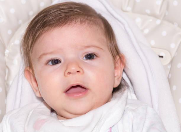 niedliche kleine baby mädchen 6 - kindermütze häkeln stock-fotos und bilder