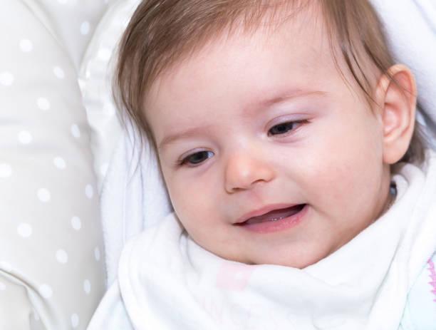 niedliche kleine baby mädchen 8 - kindermütze häkeln stock-fotos und bilder