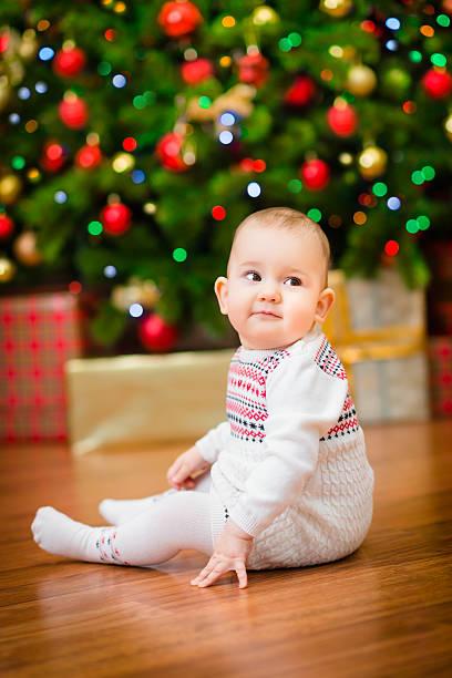 Niedliche kleine baby-Mädchen sitzen vor Weihnachtsbaum – Foto