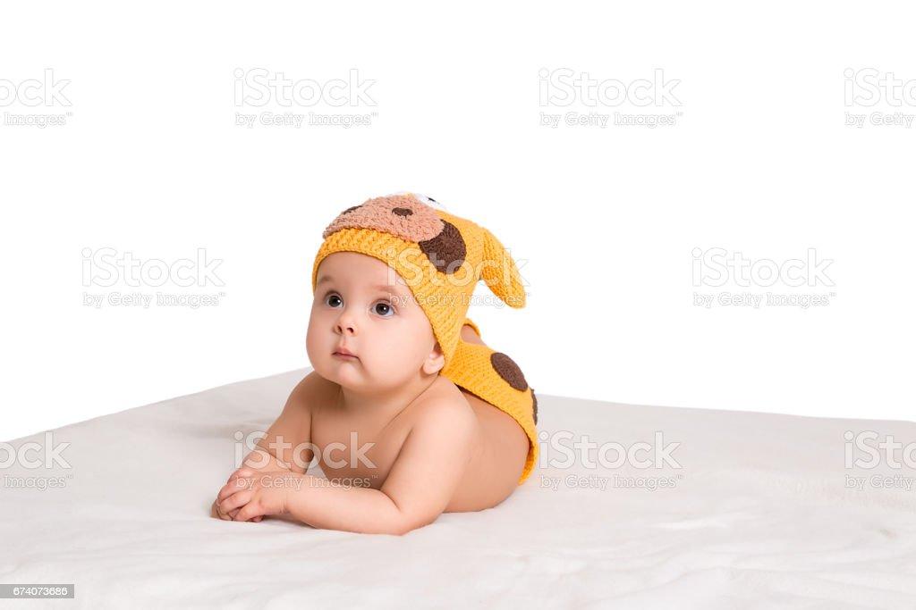mignon petit bébé couché sur le lit blanc photo libre de droits