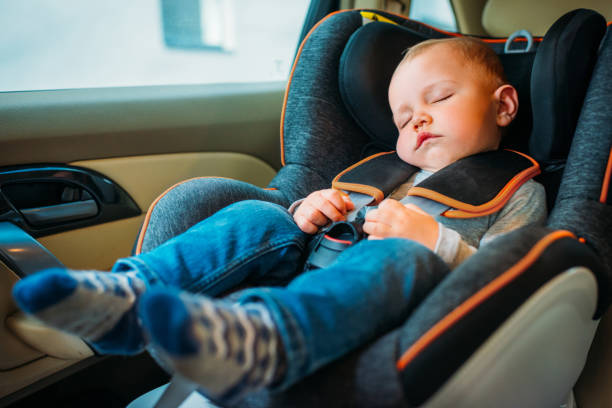 mignon petit bébé endormi dans le siège auto dans la voiture - child car sleep photos et images de collection