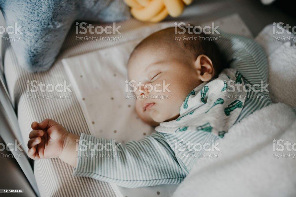 Süße kleine Baby schlafen im Kinderzimmer Kinderbett – Foto