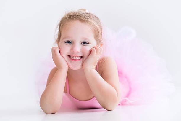 niedlich kleine primaballerina in rosa ballettröckchen - prinzessinnen tutu stock-fotos und bilder
