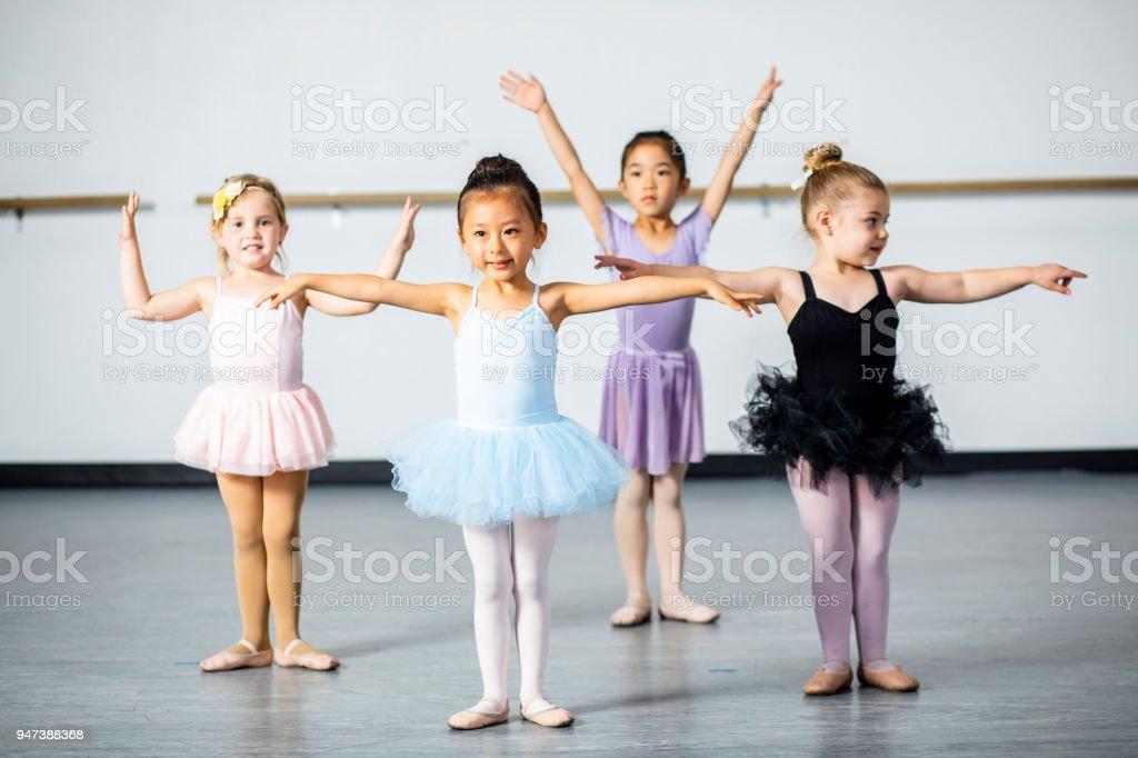 c44de9af1 Linda Bailarina Poco Práctica En Estudio De Danza Foto de stock y ...