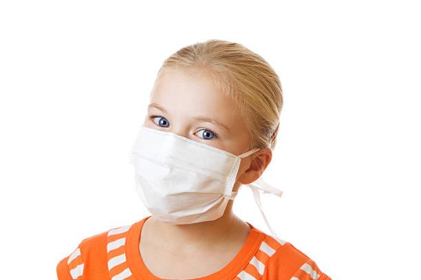 Niedlich kleines Blondes Mädchen in Gesicht Maske Schutz vor Grippe – Foto